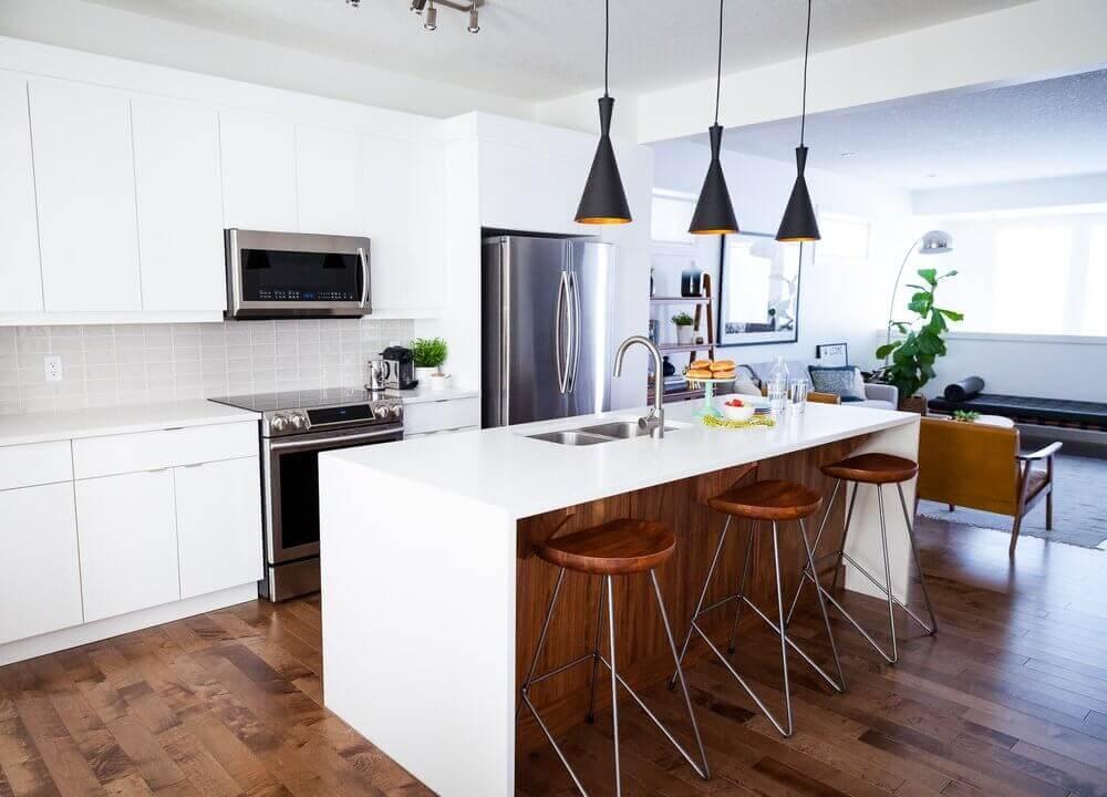 decoração moderna com armário de cozinha planejado branco e pendentes pretos sobre a ilha Foto 204 Park