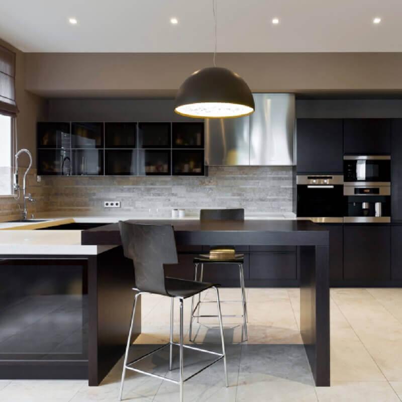 decoração moderna com armário de cozinha planejado preto Foto Yandex