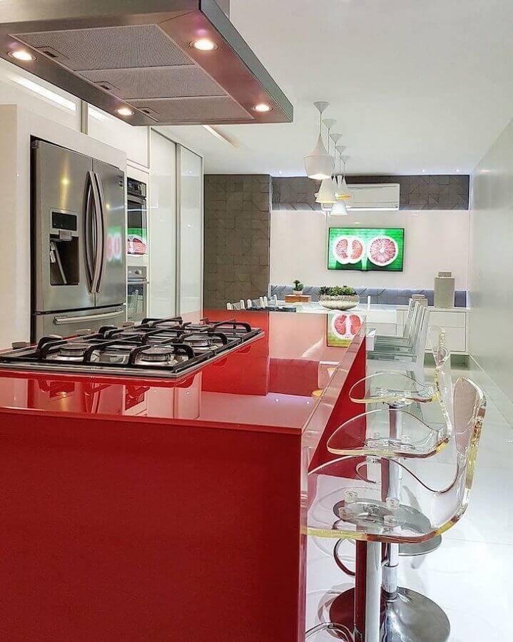 decoração moderna com banquetas para cozinha de acrílico transparente com ilha de silestone vermelho Foto Max Mello Arquitetura