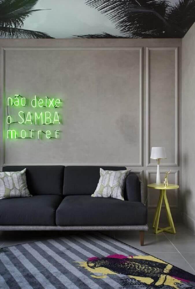 decoração moderna com boiserie e sofá cinza Foto Melina Romano