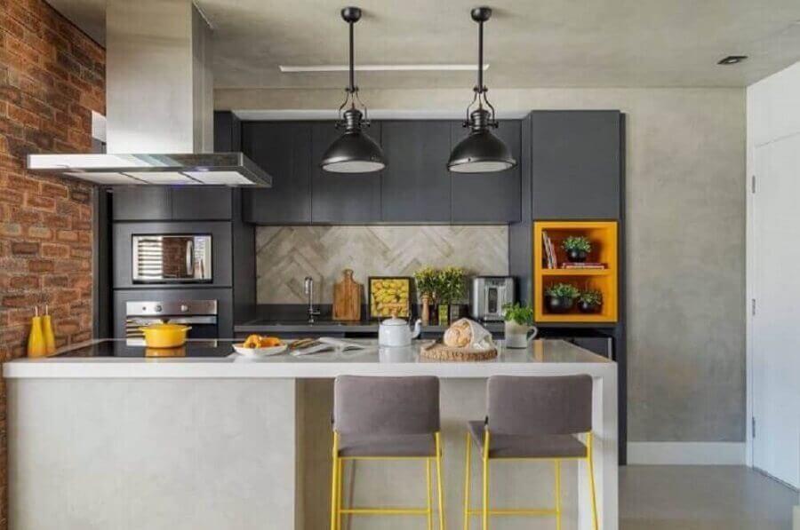 decoração moderna com parede de cimento queimando e pendentes pretos para cozinha planejada pequena com balcão Foto Aaron Guides