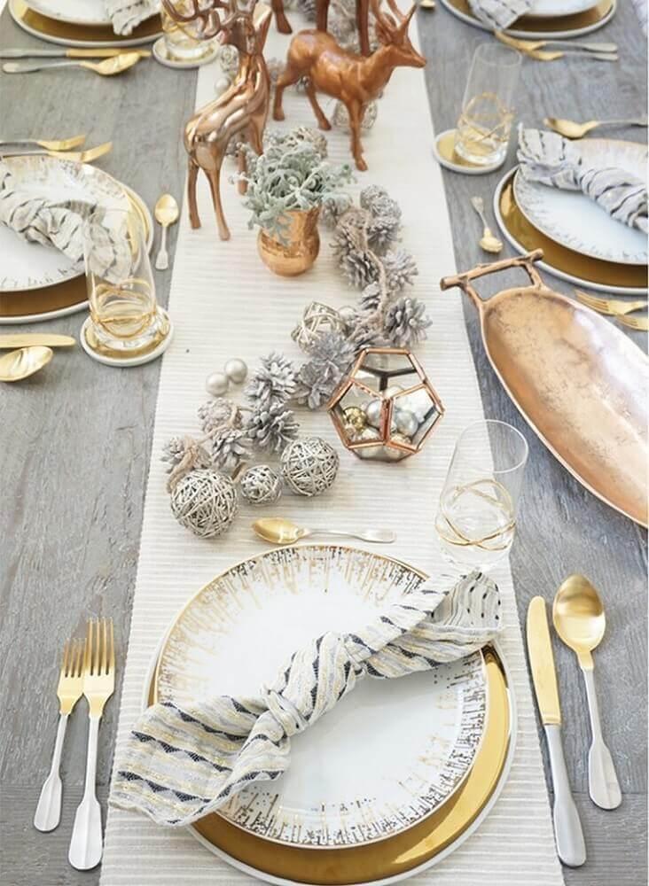 decoração moderna e minimalista para mesa de natal com enfeites natalinos cobre Foto Onechitecture