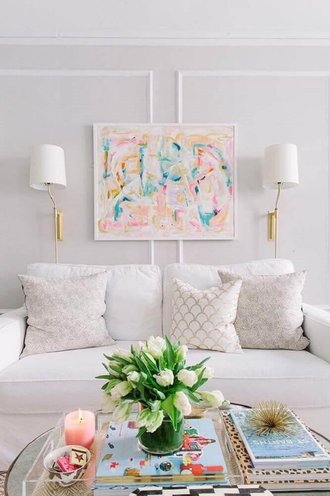 decoração moderna em tons claros para sala com boiserie gesso e quadro Foto Apartment Therapy