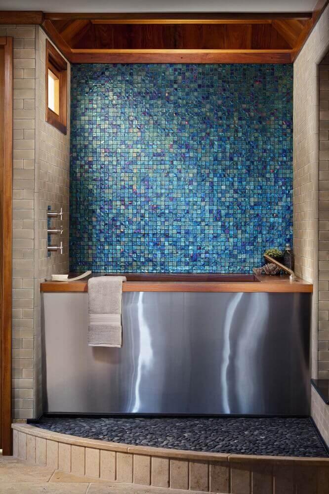decoração moderna para banheiro com pastilha azul e banheira em inox com acabamento em madeira Foto Pinterest
