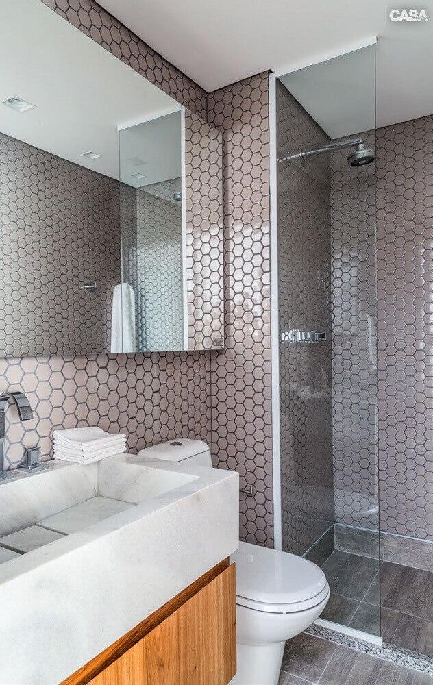decoração moderna para banheiro com pastilha metalizada em formato hexagonal Foto Webcomunica