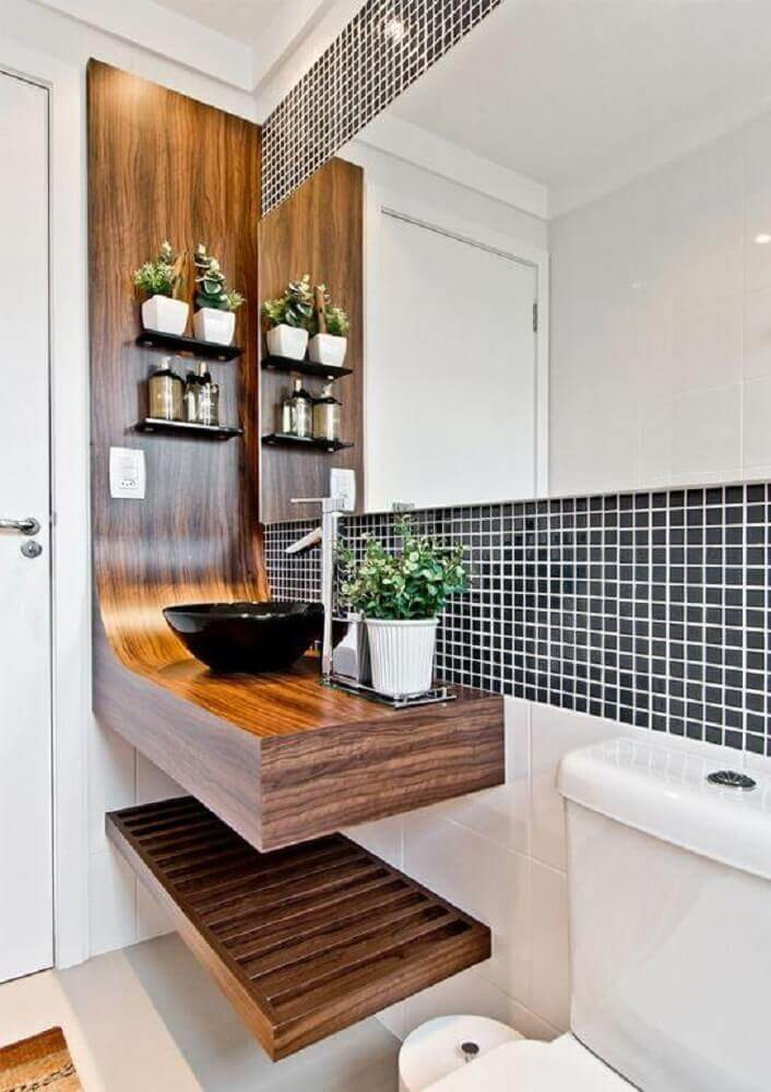 decoração moderna para banheiro com pastilha preta e bancada de madeira Foto Cokhiin