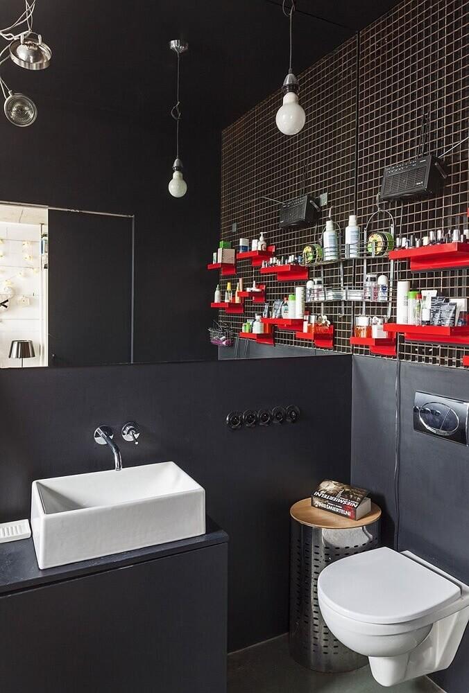 decoração moderna para banheiro com pastilha preta pendentes minimalistas e prateleiras vermelhas Foto Pinterest