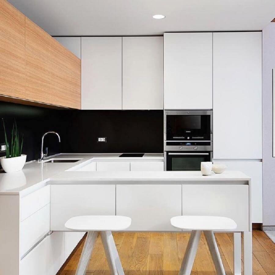 decoração moderna para cozinha planejada pequena com armários brancos e parede preta Foto Hildebrand Silva Arquitetura