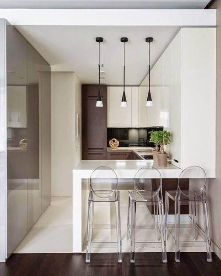 decoração moderna para cozinha planejada pequena com balcão com banquetas de acrílico transparente e pendentes minimalistas Foto Arquiteta Paula Roque
