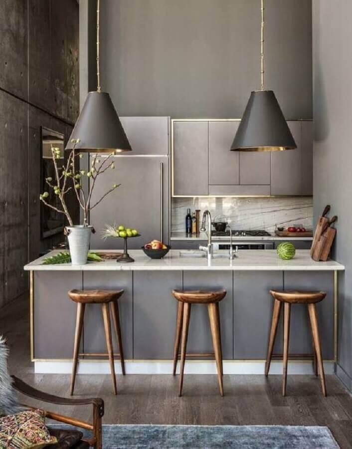 decoração moderna para cozinha planejada pequena com balcão e grandes pendentes Foto Hubstairs