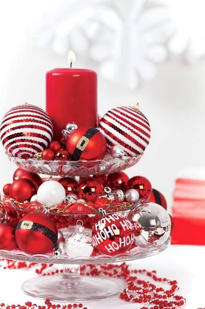 decoração natalina com arranjos de bolas e velas vermelhas Foto Artecht