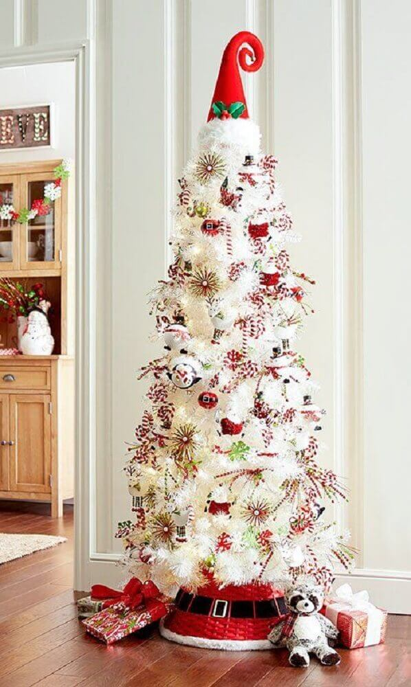 white christmas tree decoration with red hat at the tip Foto Pinterest
