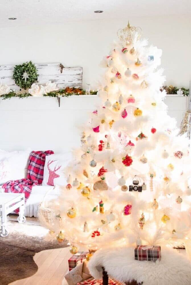 white Christmas tree decoration with colourful ornaments Foto Assetproject