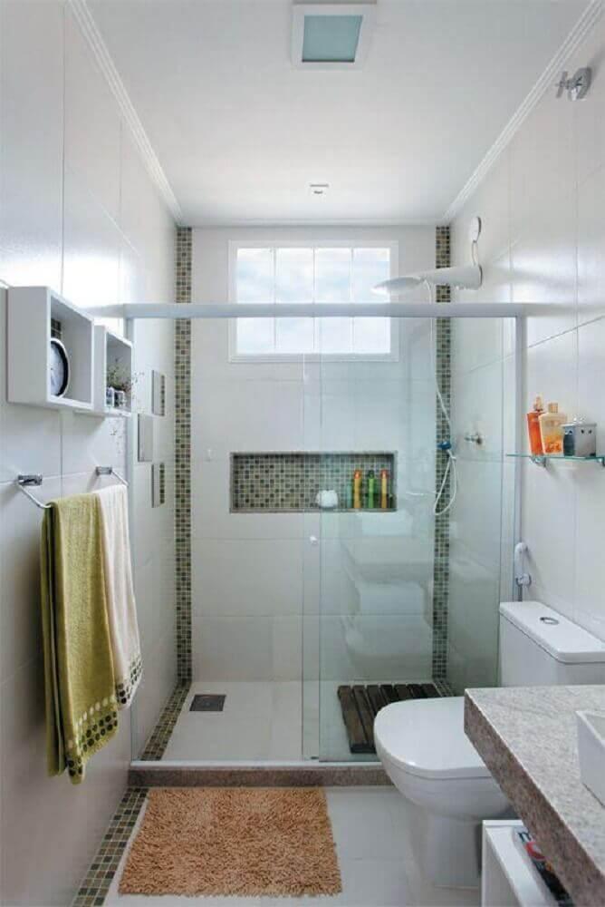 decoração para banheiro com faixa de pastilha Foto Aaron Guides