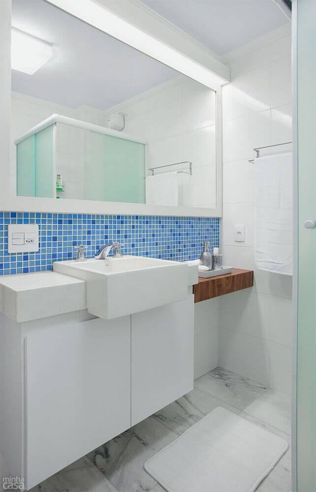 decoração para banheiro com faixa de pastilha azul entre espelho e bancada Foto Lima Orsolini