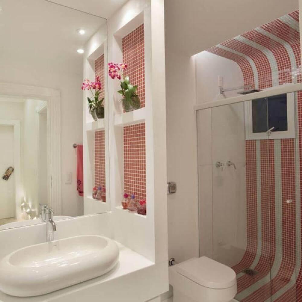 decoração para banheiro com faixa de pastilhas vermelhas Foto Iara Kílare