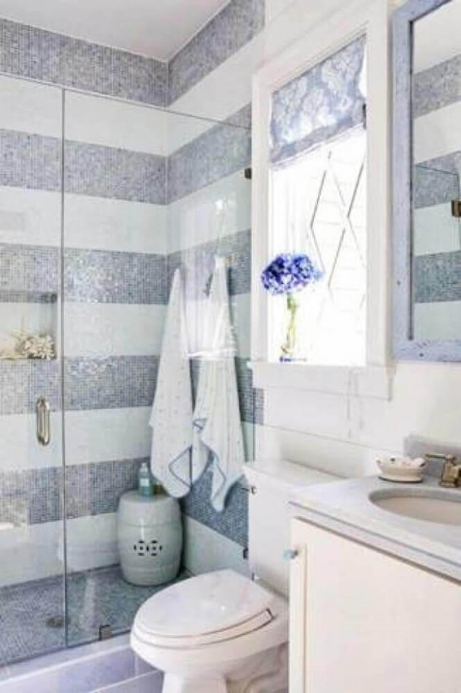 decoração para banheiro com faixas de pastilhas cinzas e brancas Foto Wood Save