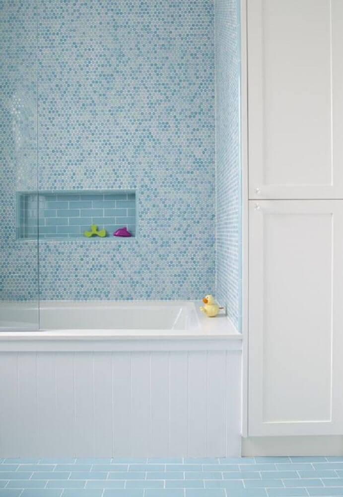 decoração para banheiro com pastilha azul e banheira branca Foto Pinterest