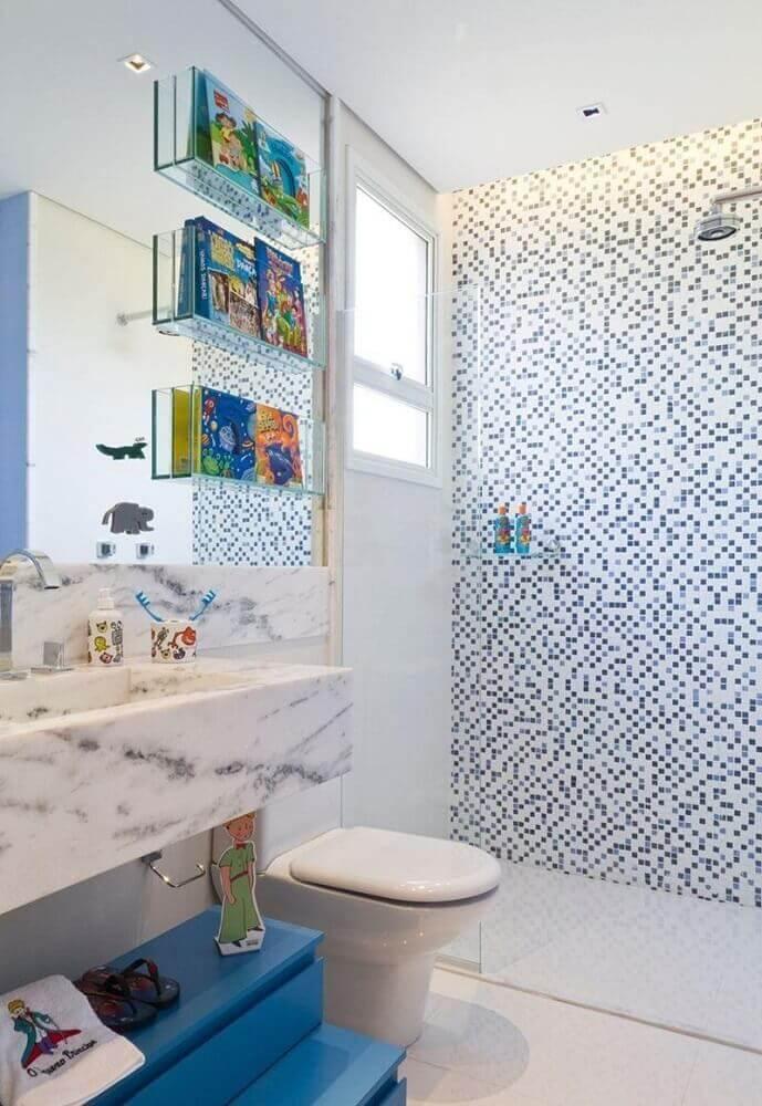decoração para banheiro com pastilha azul e branca e nichos de vidro Foto Camila Klein