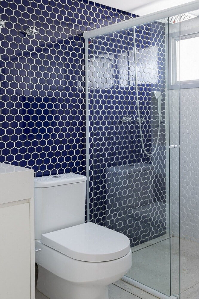 decoração para banheiro com pastilha azul marinho em formato hexagonal Foto Amanda Kolling