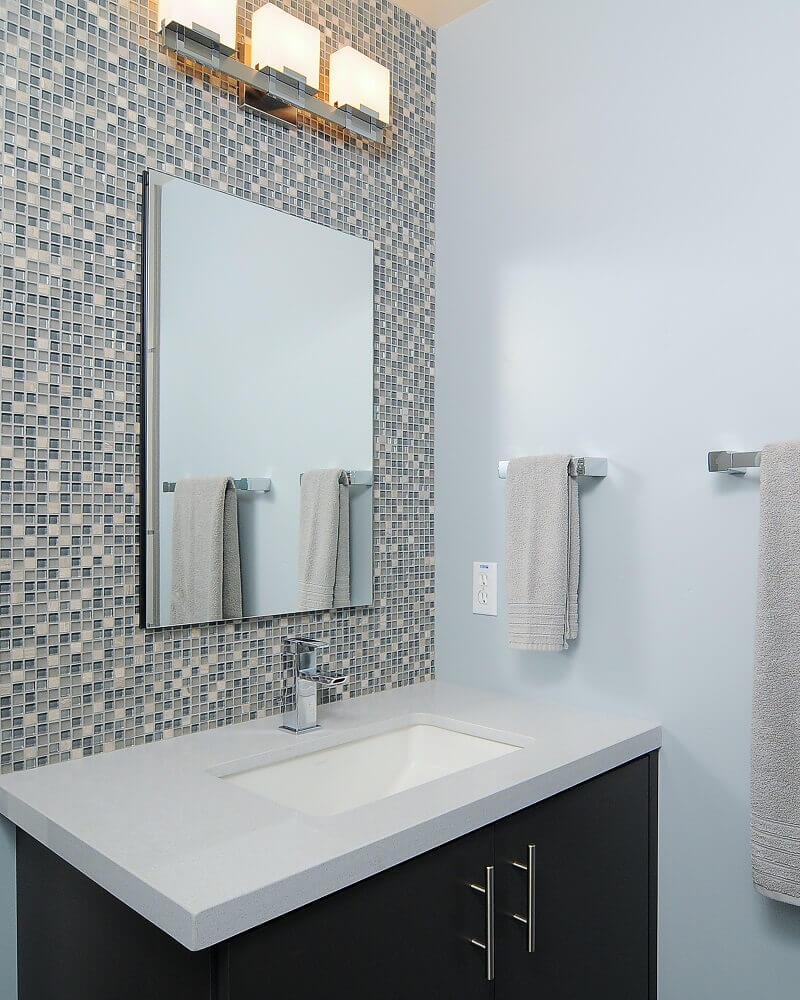 decoração para banheiro com pastilha de vidro e armário preto Foto Makeup by Shilpa