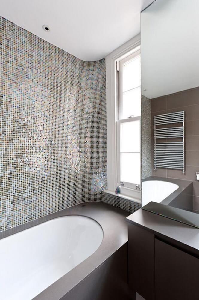 decoração para banheiro com pastilha e banheira Foto Moon Design and Build