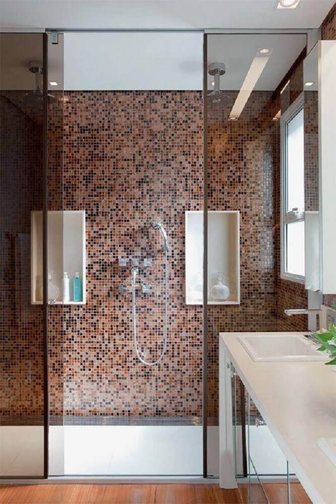 decoração para banheiro com pastilha marrom e piso de madeira Foto PropertyGuru