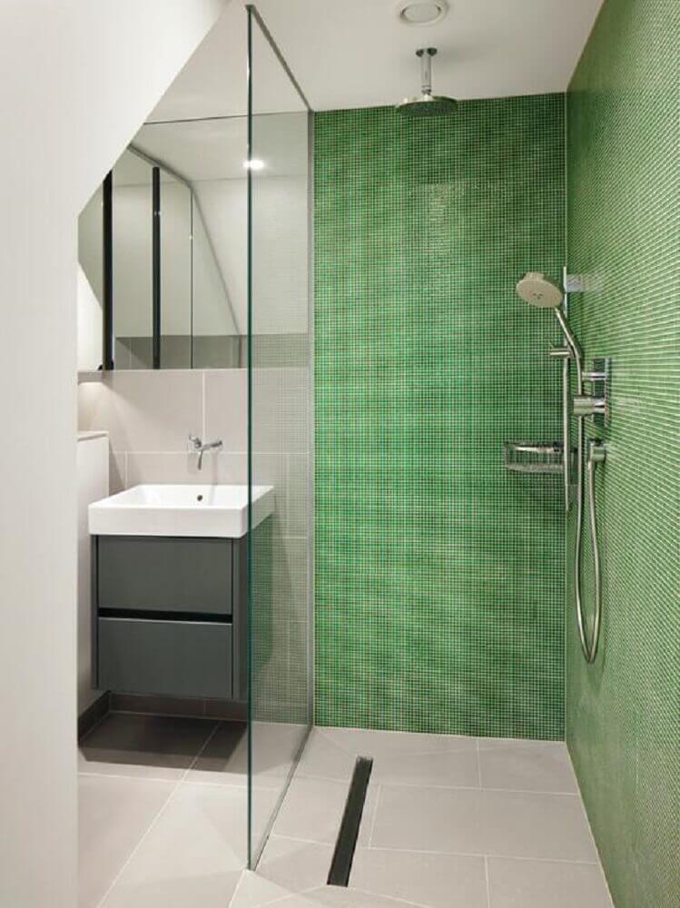decoração para banheiro com pastilha verde dentro do box e gabinete cinza pequeno Foto Lambros Realty