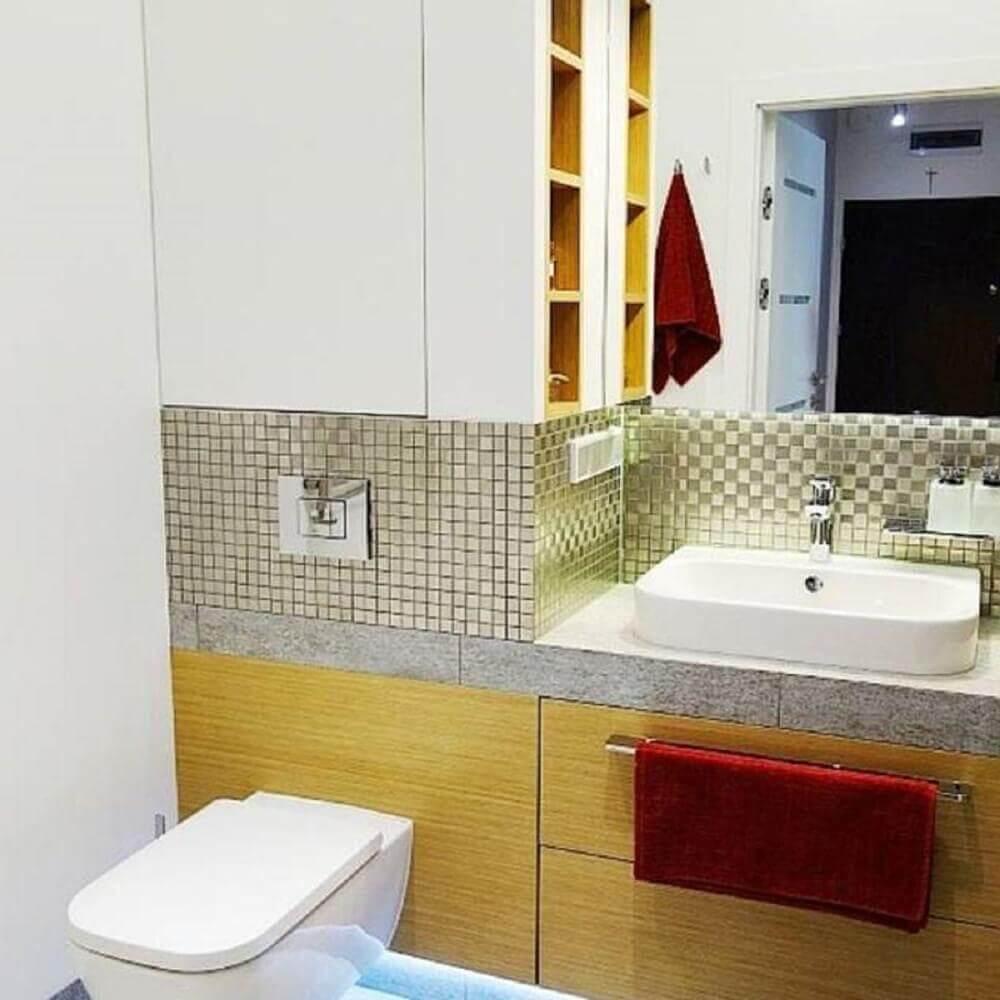 decoração para banheiro com pastilhas metalizadas e armário de madeira Foto Jedyne Takie Wnertrza