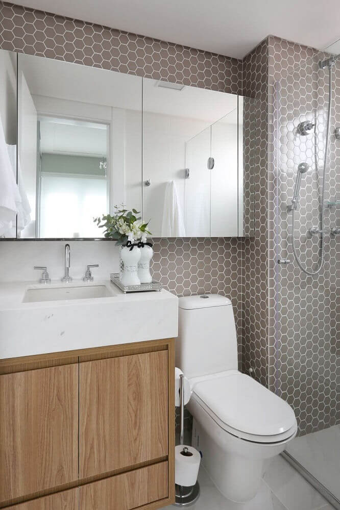 decoração para banheiro pequeno com pastilha em formato hexagonal e gabinete de madeira Foto The Holk