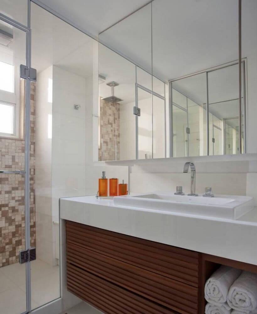 decoração para banheiro pequeno planejado com armário de madeira Foto Pinterest