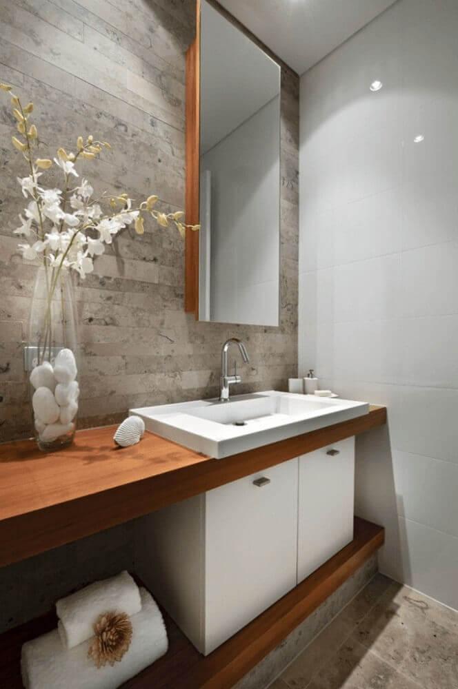 decoração para banheiro planejado com móveis de madeira Foto Aaron Guides
