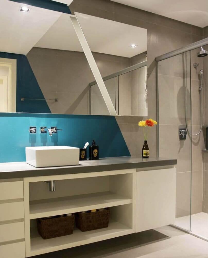 decoração para banheiro planejado moderno com parede azul e cinza Foto Pinterest