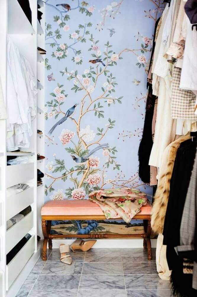 decoração para closet com papel de parede de flores Foto Homeology