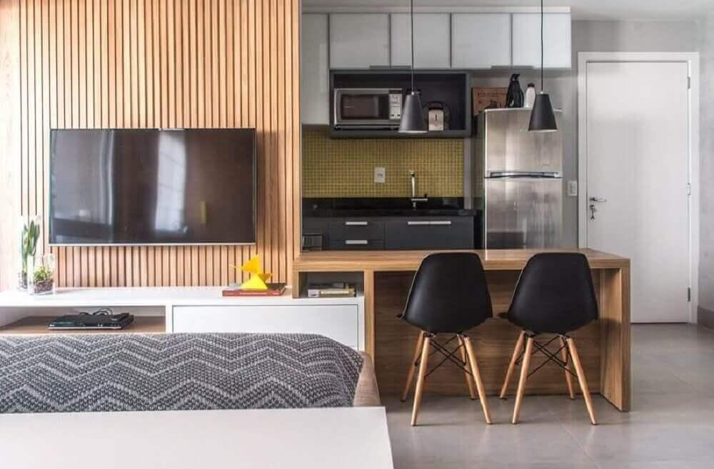 decoração para cozinha americana com sala de estar com bancada de madeira e cadeira eames Foto Danyela Corrêa