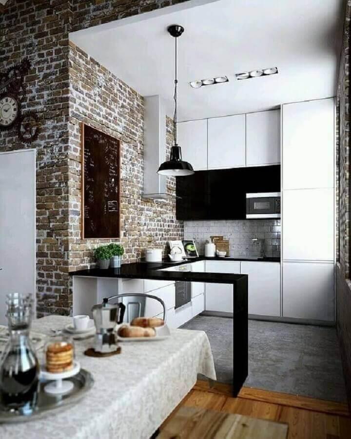 decoração para cozinha americana planejada pequena com armários brancos e parede de tijolo à vista Foto Pinterest