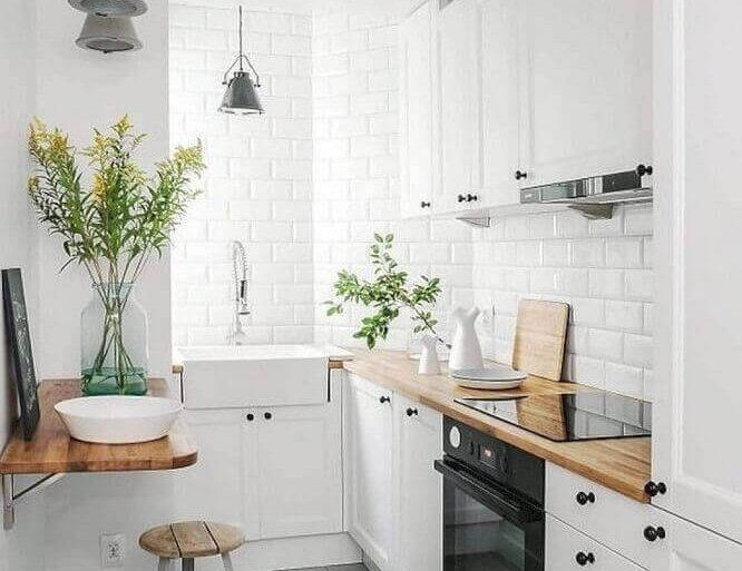 decoração para cozinha compacta com cooktop armários brancos e subway tile Foto Gescultura