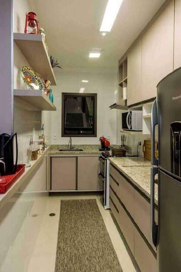 decoração para cozinha planejada para apartamento pequeno com prateleiras na parede e tapete cinza Foto Vinícius de Mello