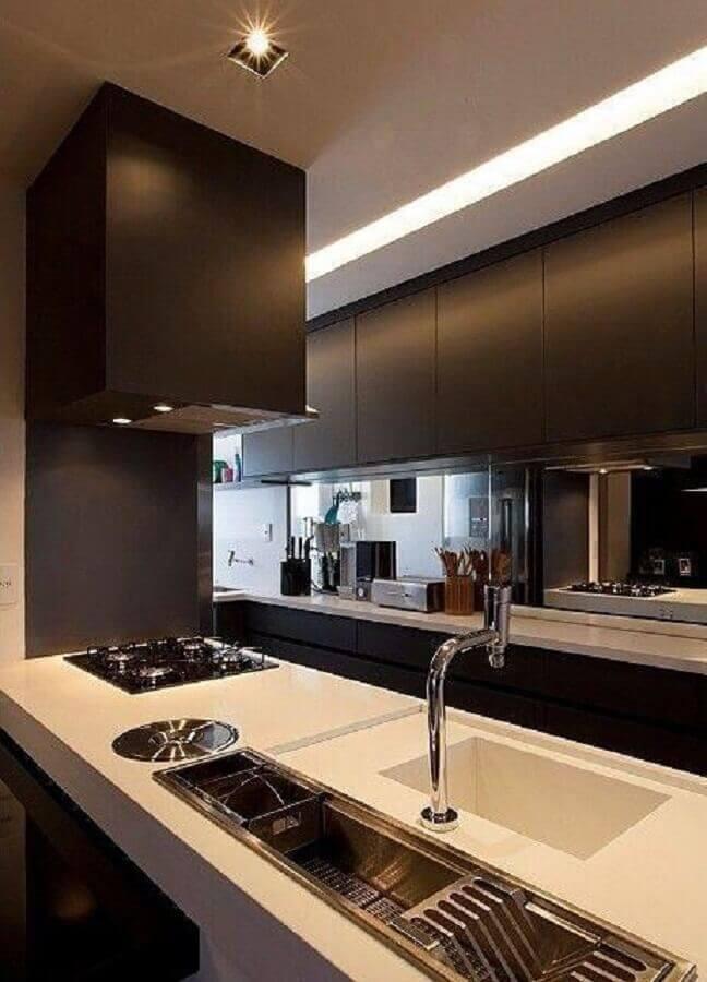decoração para cozinha planejada pequena com balcão com cooktop e pia e armários pretos Foto GF Projetos