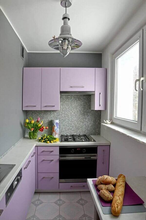 decoração para cozinha planejada pequena com parede cinza e armários lilás Foto Improuse