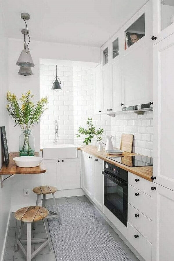 decoração para cozinha planejada pequena com tapete cinza e pequena mesa dobrável de madeira Foto Gescultura