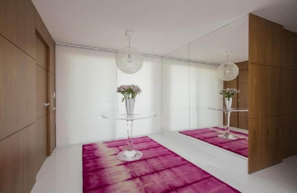 decoração para hall de entrada com tapete rosa estilo tie dye Foto Rodrigo Maia