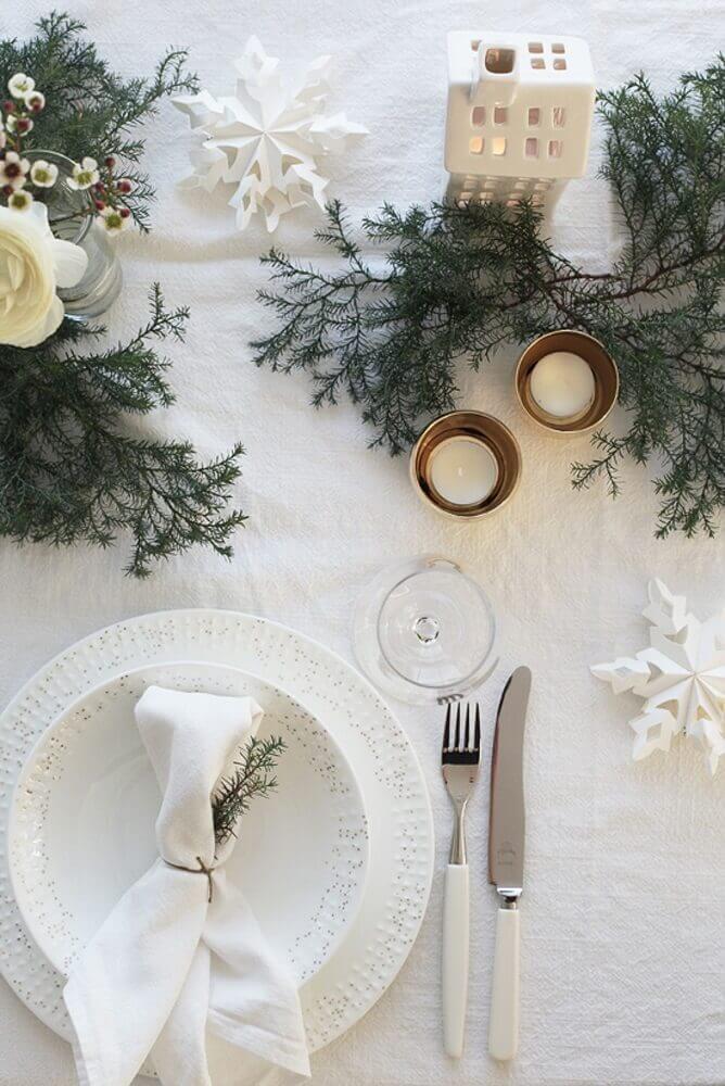 decoração para mesa de natal com enfeites natalinos brancos e ramos de plantas Foto Yandex