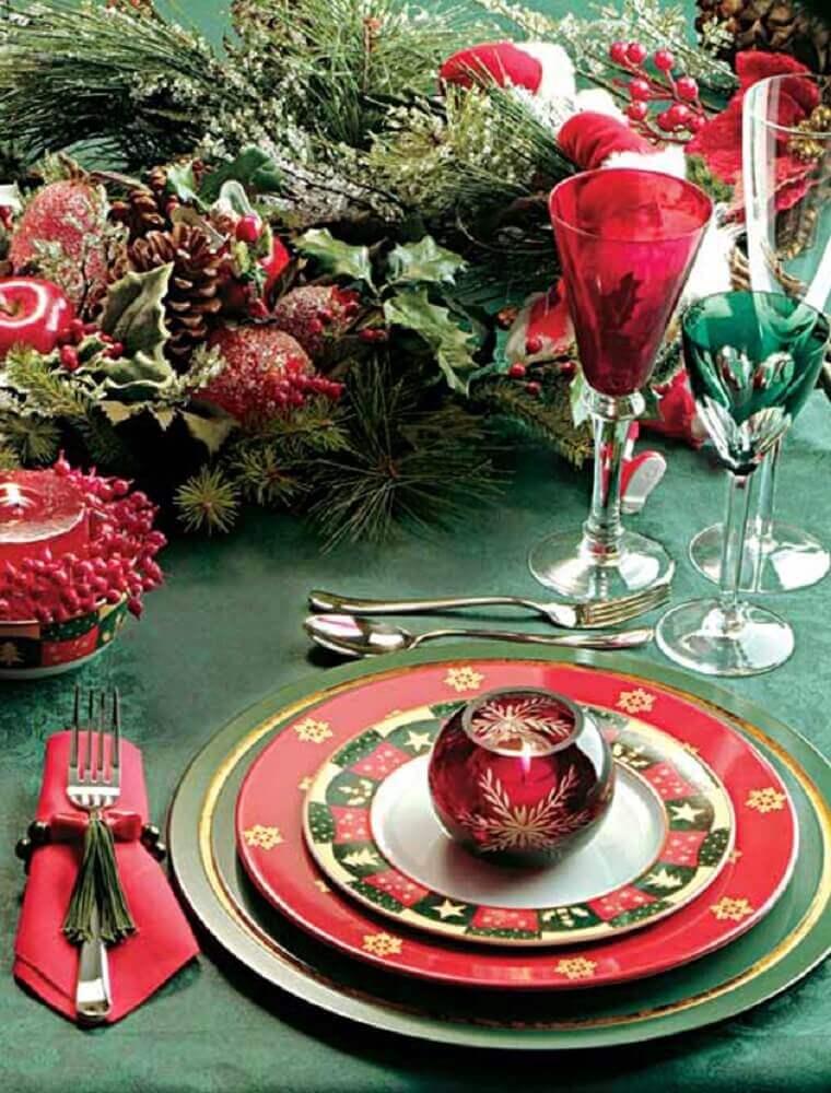 decoração para mesa natalina com louça estampada e arranjos de natal com pinhas e plantas Foto Pinterest