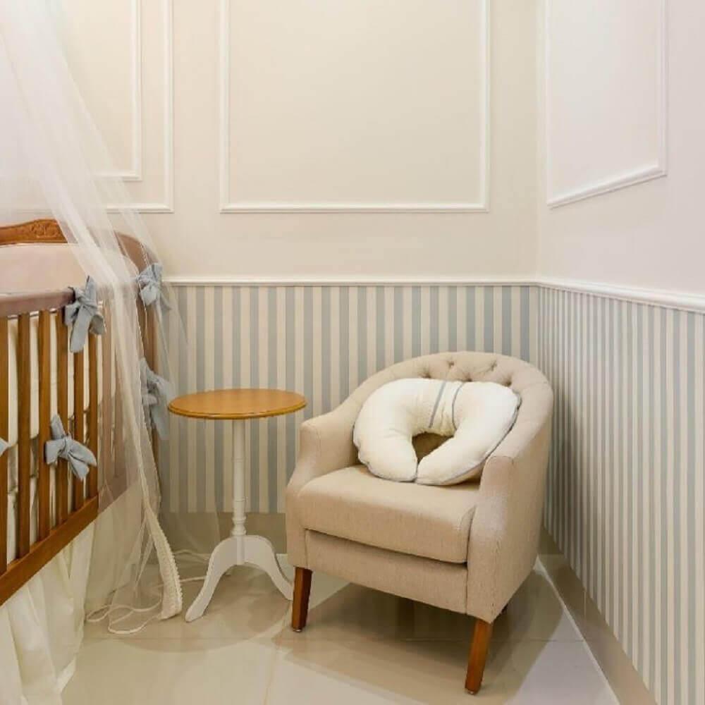 decoração para quarto de bebê com boiserie e papel de parede listrado Foto Dayane Moreschi