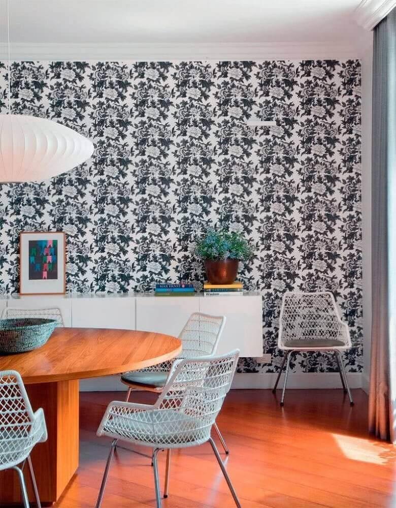 decoração para sala de jantar com mesa de madeira e papel de parede de flores Foto Pinterest