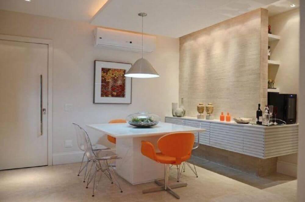 decoração para sala de jantar moderna com cadeira laranja Foto FPR Studio
