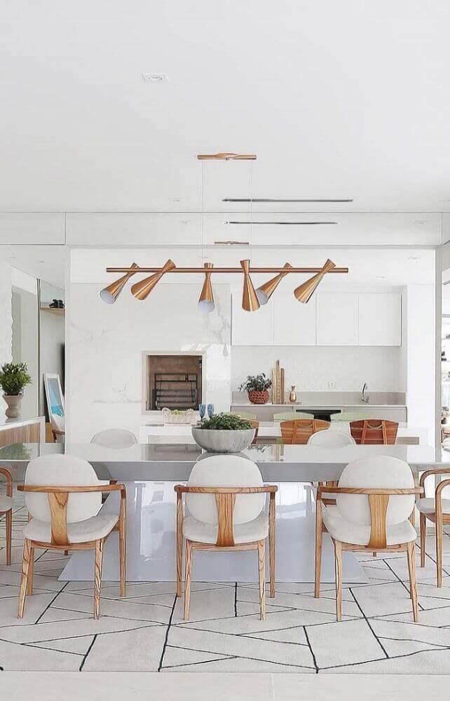 decoração para sala de jantar moderna com pendente cobre e cadeiras de madeira Foto The Holk