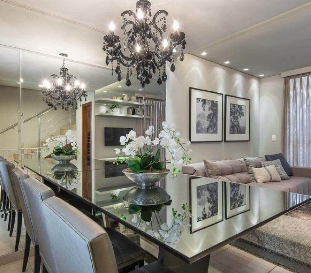 decoração para sala de jantar moderna e sofisticada com lustre e parede espelhada Foto M. Marques Arquitetura