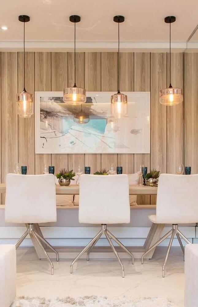 decoração para sala de jantar moderna e sofisticada com pendente de vidro e cadeiras brancas Foto The Holk